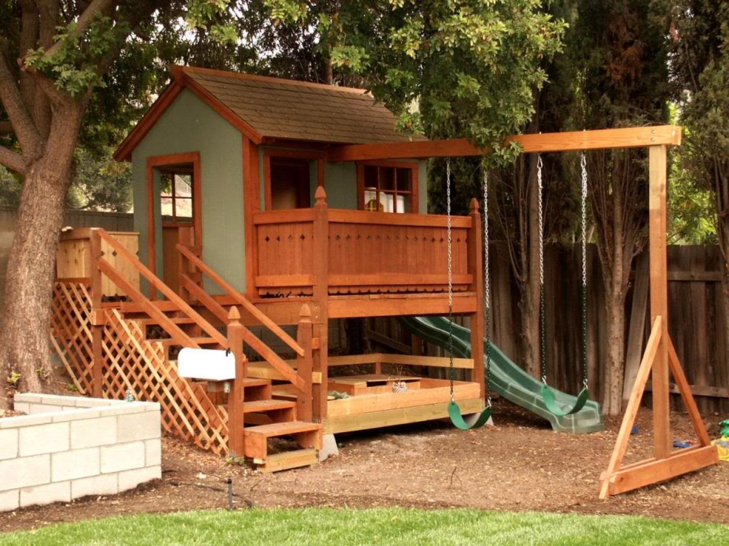Домик из дерева для ребенка на даче
